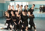 佟丽娅回新疆高调现身母校 大方露美背与学妹共舞美翻了