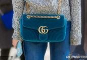这个包包要那个浅蓝色的秋冬季好配衣服吗能背吗