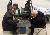 山西三九严寒天 两位老人下象棋 买卖不做饭不吃 痴迷程度被人笑