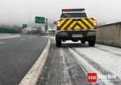 雅西高速迎来今冬首场雪 栗子坪至彝海路段双向临时交通管制