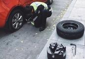 """成都女司机""""乱停放""""遇交警 她为何要对交警""""比心心""""?"""