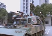 消防新兵看见消防坦克,兴奋的不行,就要开着去灭火!