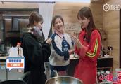 《亲爱的·客栈》刘涛杨紫乔欣相聚 深夜露吃货本色