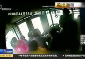公交车上男子发飙,司机默默忍受辱骂,乘客合力保护驾驶室!