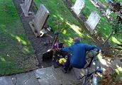 可恶!俩姐妹墓前鲜花连续被偷7个月 亲人怒藏监控拍到了无耻小偷