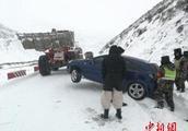 最厚30cm!强降雪致川藏公路受阻,武警官兵紧急出动