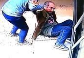 郑州一老人跌倒被司机搀扶 老人:闺女,多亏了你,还以为我是碰瓷的