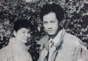 冯远征晒与太太合照庆祝银婚:二十五年相互陪伴依赖