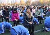 """河南两千学生集体跪拜爸妈!学校回应网友质疑""""回家问问你父母"""""""