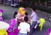 """""""制止猥亵被罚""""店主回应为啥补一脚:他还盯着女生"""