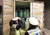违停货车装着58个液化气罐 交警迅速查处排除安全隐患