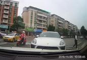 视频曝光!中山一保时捷逆行受阻,司机竟把车扔马路中央离开