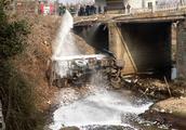 油罐车侧翻坠桥 汽油泄漏 南阳当地村民冒险救出被困司机