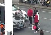 女司机提醒违规横穿马路母女,惨遭殴打