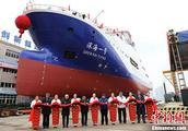 """中国首艘载人潜水器支持母船""""深海一号""""在武汉下水"""