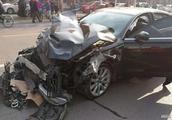 石家庄街头一奥迪车驶入人群与多车相撞,两人当场死亡,多人受伤