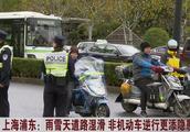 雨雪天道路湿滑,上海交警严查非机动车违法行为,男子逆行被罚50元