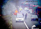 60秒丨泰新高速一轿车发生自燃 过路驾驶员自告奋勇帮灭火