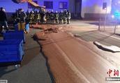 德一辆运输车发生泄漏 致近1吨巧克力铺满地面