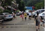 景亿幼儿园门口部分道路被占致人车混行儿童安全没人管吗?