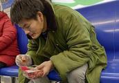 男子地铁上吃小龙虾扔一地皮 乘务管理员屡劝不止