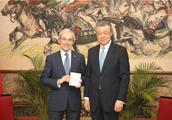 刘晓明大使向英国著名学者颁发首张生物识别签证