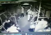 96秒丨现场监控!泰安佛光路北首一辆公交突然冲上人行道,咋回事?