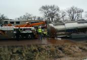 美国一卡车侧翻 18吨液体巧克力泄露成河