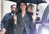 安妮·海瑟薇小西服大红唇笑容娇艳欲滴,雨中婉拒保安撑伞超暖心