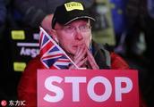 """英国议会下院投票否决""""脱欧""""协议 示威民众不禁流泪"""