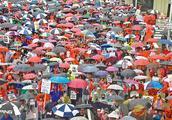 洛杉矶3万教师冒雨罢工 要求改善薪酬待遇