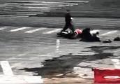 男子突然持刀行凶 下班民警飞身踢刀救命!