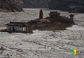受降温天气影响 黄河壶口瀑布出现冰封景观