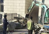 济南一别墅违建搭建6米楼梯圈占公共楼梯?拆!