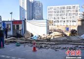 云南昆明主城区一在建工地围墙倒塌致2人死亡