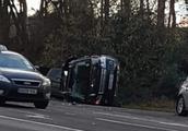 97岁菲利普亲王自驾出车祸,整车侧翻前挡风玻璃全碎,幸好人没事