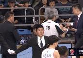 广州VS广东现场发生冲突 比赛一度暂停7分钟