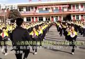 带小学生跳鬼步舞走红校长:广场上偶然看到,自学1个多月后引入