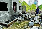 女子买了4年多的别墅一天没住就要拆:开发商破产