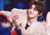 蔡徐坤身穿毛绒大衣,帅气撩人姿态尽显,完美变身时尚潮人
