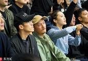 余文乐夫妇观篮球赛,王棠云烈焰红唇好惹火,驭夫有道紧锁老公心
