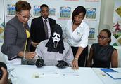 害怕穷亲戚?牙买加一男子打扮成魔鬼领取巨额彩票