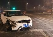 哈尔滨路虎司机疑似酒驾深夜疯狂闯卡,交警被撞飞牺牲