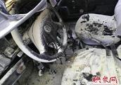 郑州一出租车行驶中自燃 车上没有灭火器驾驶室被烧毁