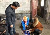 """北洲子镇:""""壹基金温暖包""""让贫困家庭孩子温暖过冬"""