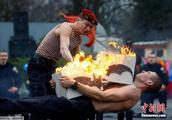 白俄罗斯特种部队士兵表演喷火胸口碎大石