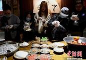 重庆麻辣火锅煮汤圆迎元宵节 这样的汤圆你想试试吗?