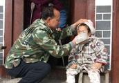 济南男孩照顾失明母亲:儿是妈的眼牵手十二年