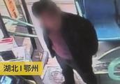 男子与公交车司机起冲突,被乘客一脚踹飞引发争议