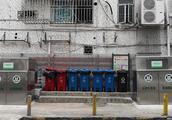 """深圳一小区垃圾桶""""穿高领衣""""难使用引争议,城管局回应将优化"""